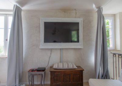Le dortoir dispose d'une télévision
