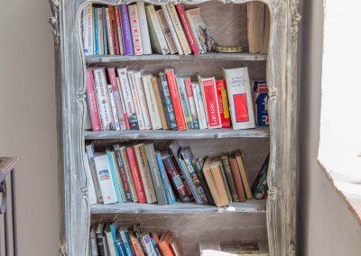 Une bibliothèque est à votre disposition au niveau du dortoir