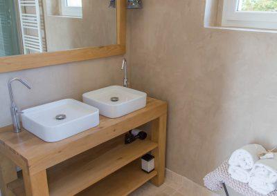 La chambre une du mas d'élise dispose de sa propre salle d'eau