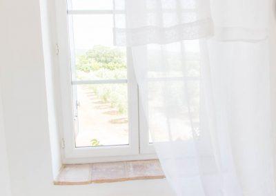 Vue de la chambre une du mas d'élise sur l'allée d'oliviers