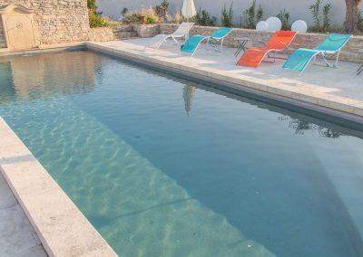 La piscine du mas en fin de journée ensoleillée