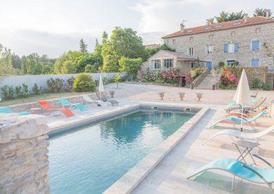 La piscine du mas d'élise avec la maison en second plan