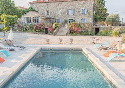 La piscine du Mas d'Elise mesure 12 mètres par 4 mètres